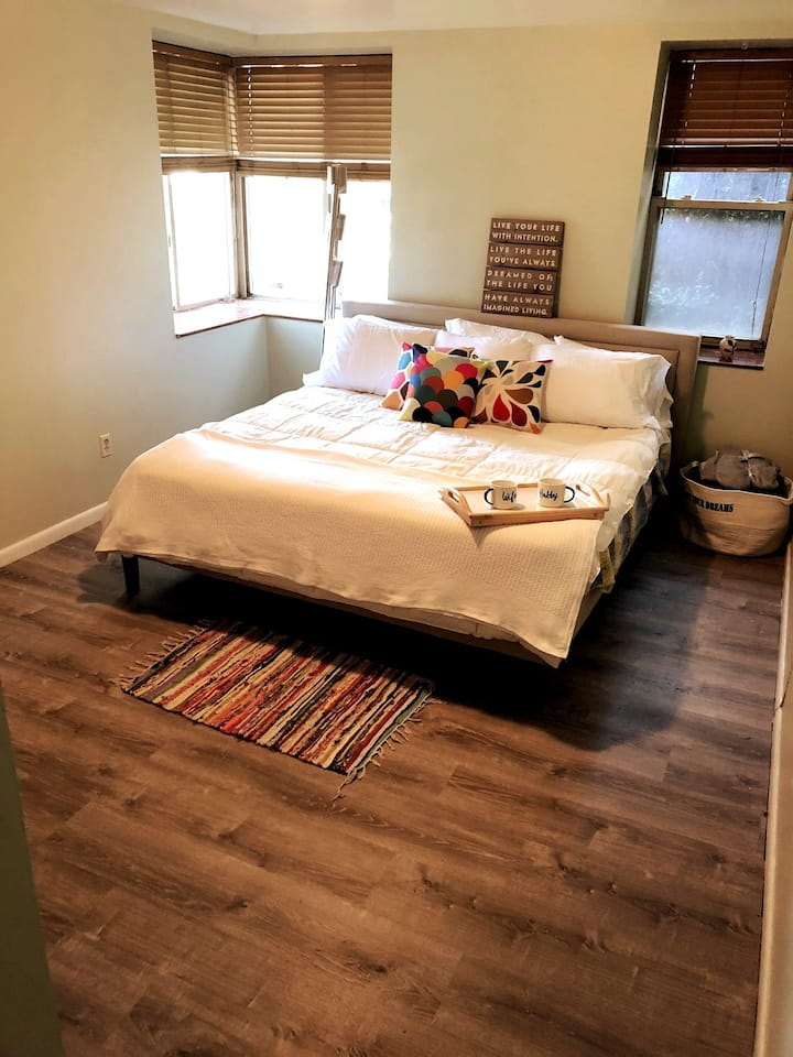 En-suite Room w/ Kitchenette & Direct Bus NYC &EWR