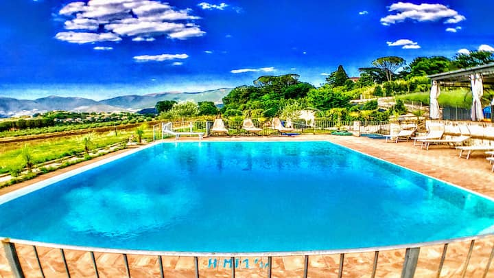 WHOLE OF : SPOLETO BY THE POOL/GROUNDS +JACUZZI