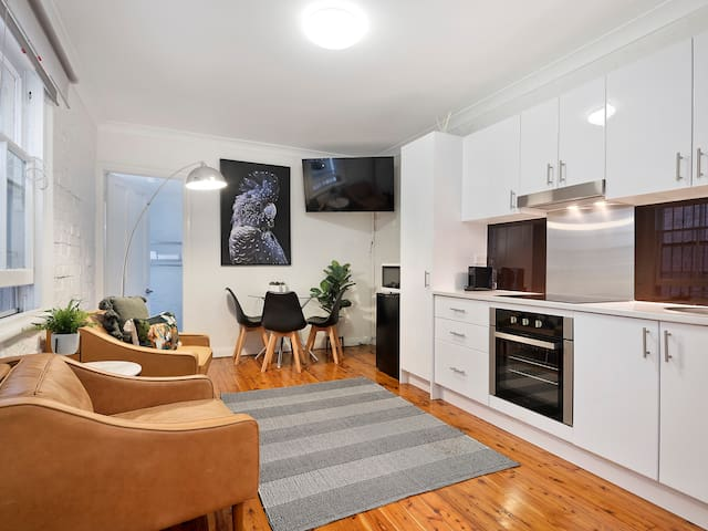 Cute & Cosy Chippendale 1 bedder walk to city  2