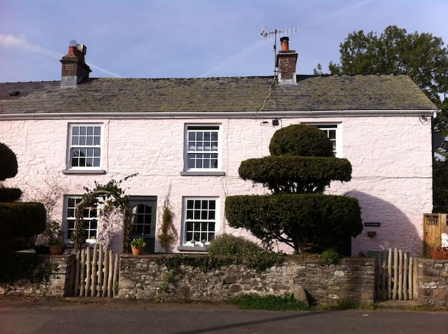 Usk Cottage B & B - Llangynidr - Bed & Breakfast