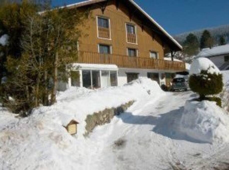 Hiver, 3 km de la station de ski Chalet spacieux, parking privé