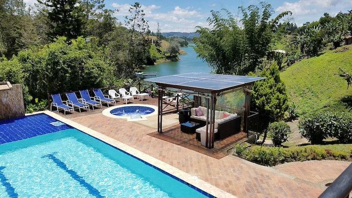 Beautiful and Cozy Lake Cabin in Guatape/El Peñol!