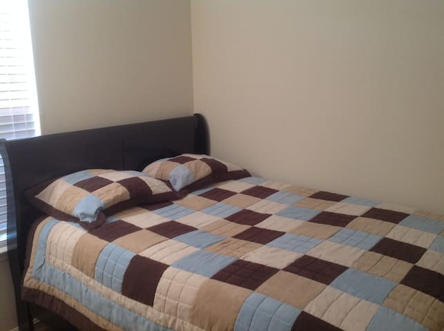Furnished Private Bedroom w/Queen size bed (Rm. 1) - Stafford - Casa adossada