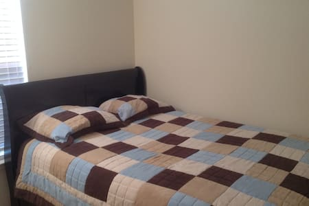 Furnished Private Bedroom w/Queen size bed (Rm. 1) - Radhus