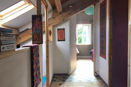 Studio sous toit avec accès au grand jardin boisé