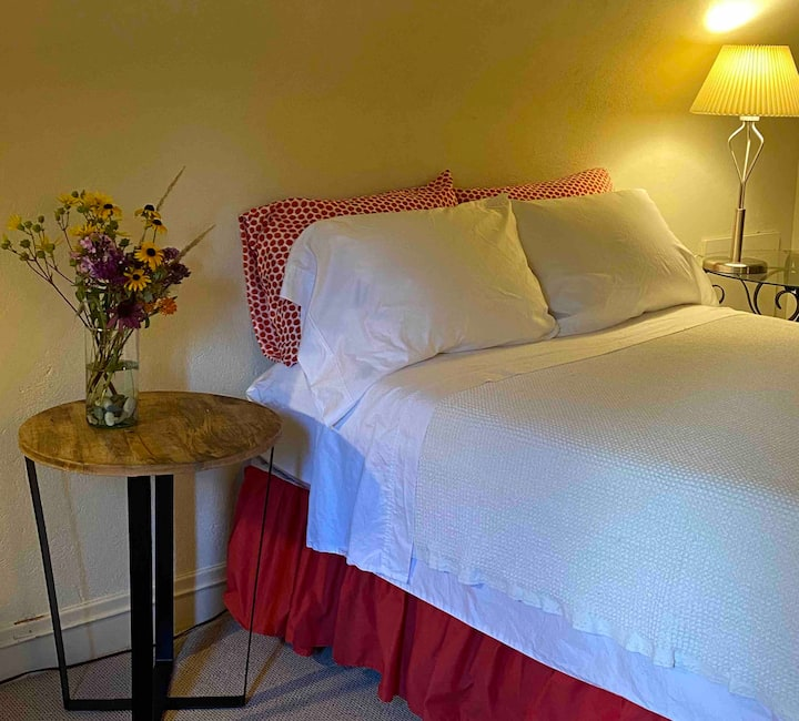 3rd floor suite, double bed+single, private bath.