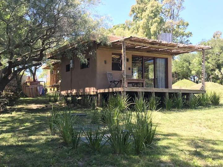 Casa monoambiente ecologica de Barro y techo verde