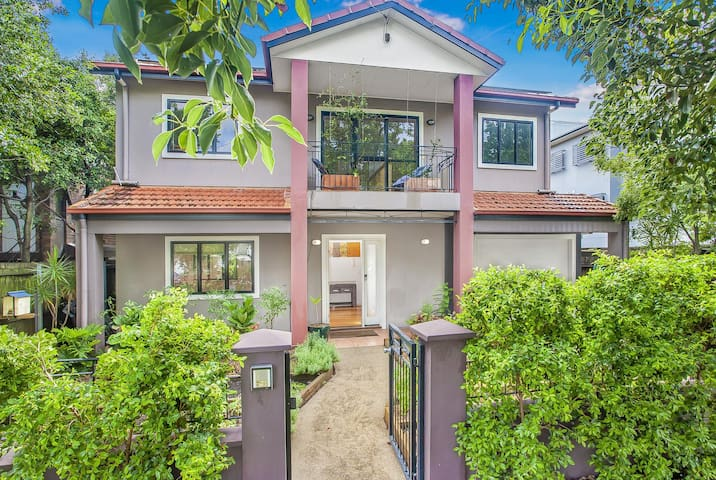3-bed Hamilton Home with Gym, Parking and Patio