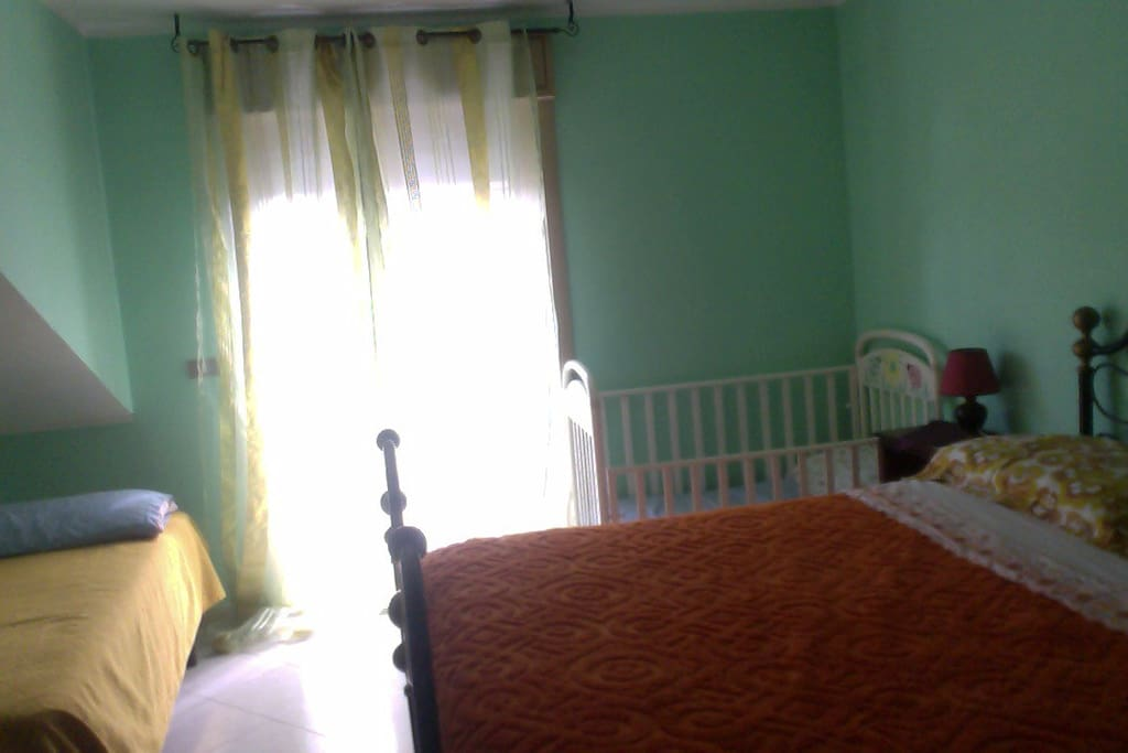 Bedroom with 1 double bed, 1 single bed, and 1 cradle