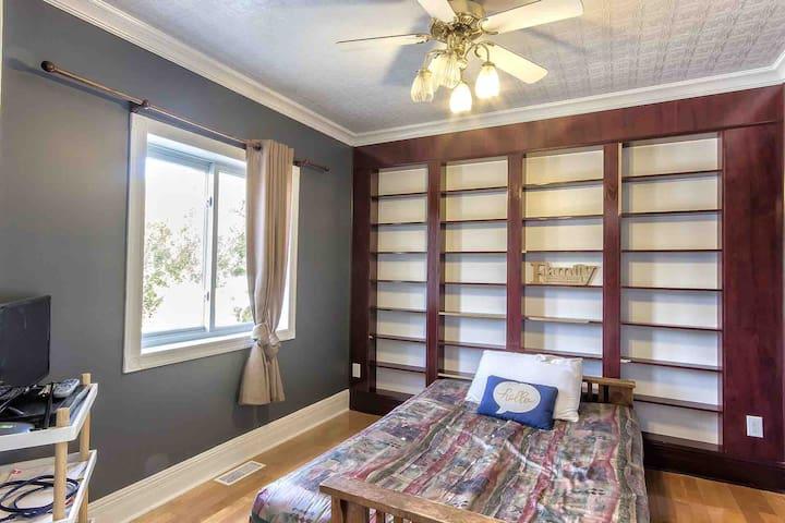 Chambre #3 Rez-de-chaussé avec foyer. Lit-canapé double. Télé Bell Express-Vu. Vue sur le Lac.