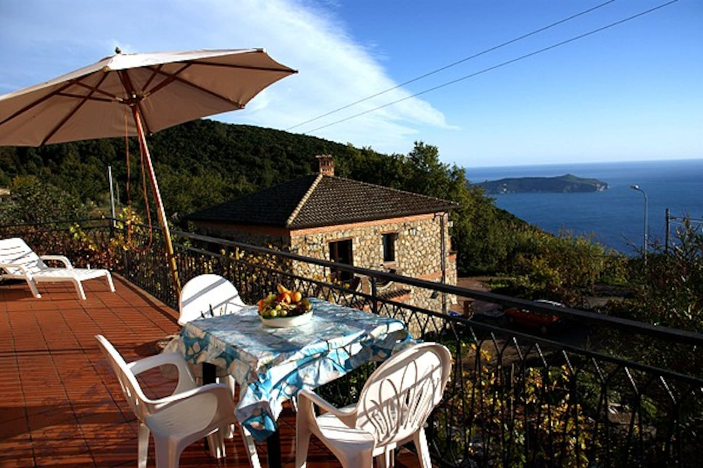 terrazzo con veduta panoramica golfo capo palinuro e zona relax .
