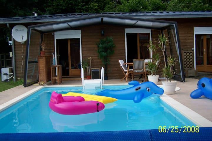 Chalet pittoresco con piscina privata a Lesneven