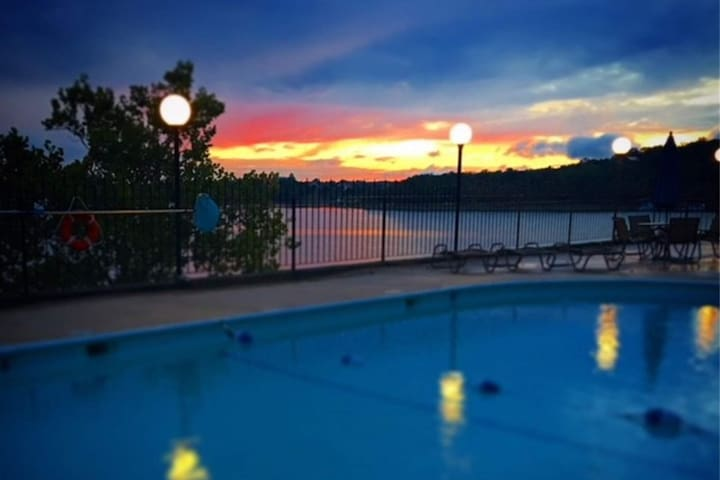 Table Rock Lake Front-2 Masters with King Beds-Great for Couples Trip!-Steps to Pool with Lake View