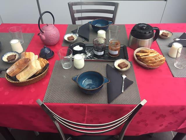 Petit déjeuner: confitures et yaourts maison, café, thés, chocolat, jus de fruit, pain, brioches...