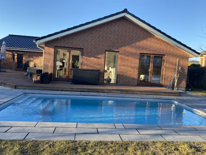Villa med stor opvarmet pool nær strand og city