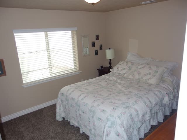Private room, bath & kitchenette - South Jordan