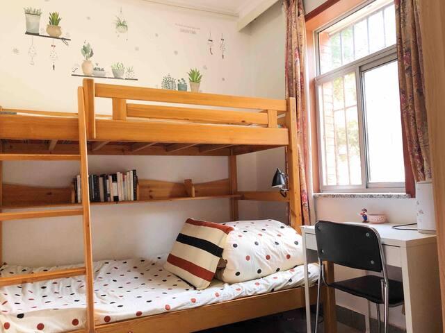 温馨小居,极简风,两居室次卧,交通方便近惠新西街南口,周边设施齐全,初次房东,请多关照 ^_^