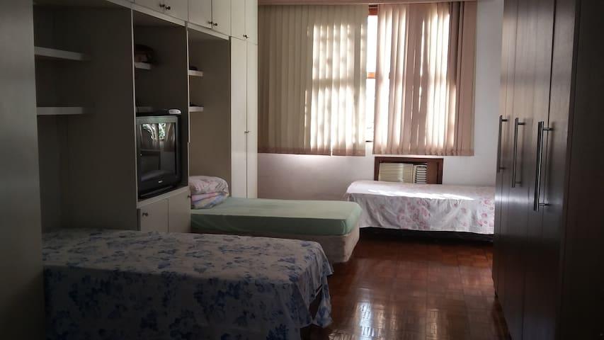 Quarto com 5 camas  para mulheres. Com ventilador, espaço no armário embutido.