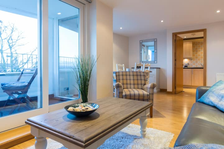 Modern apt, amazing Harbour views, wifi & Parking