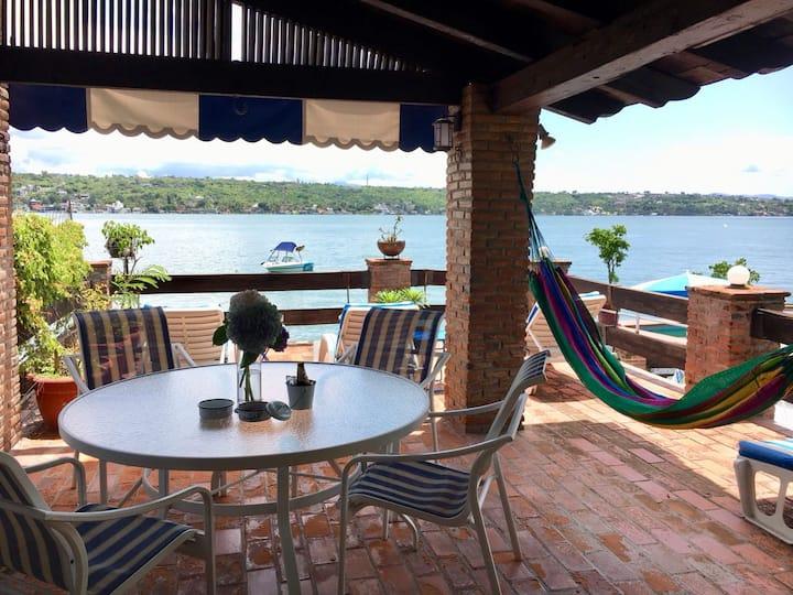 Hermosa casa a la orilla del lago Tequesquitengo