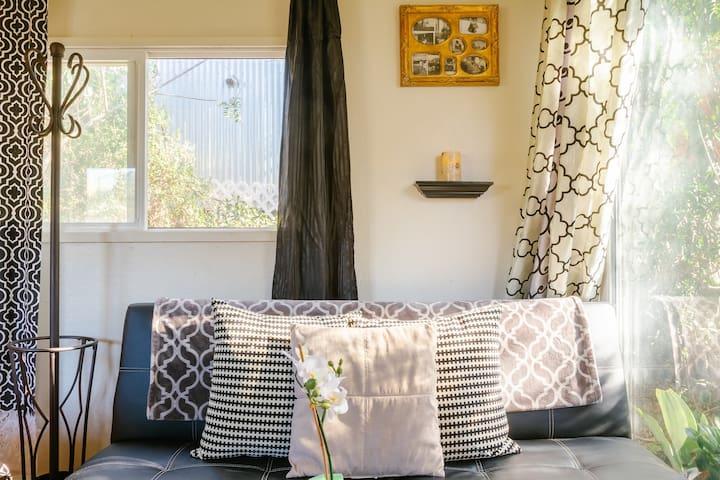 Cabin Hideaway QUEEN Bed/Jacuzzi/Fireplace