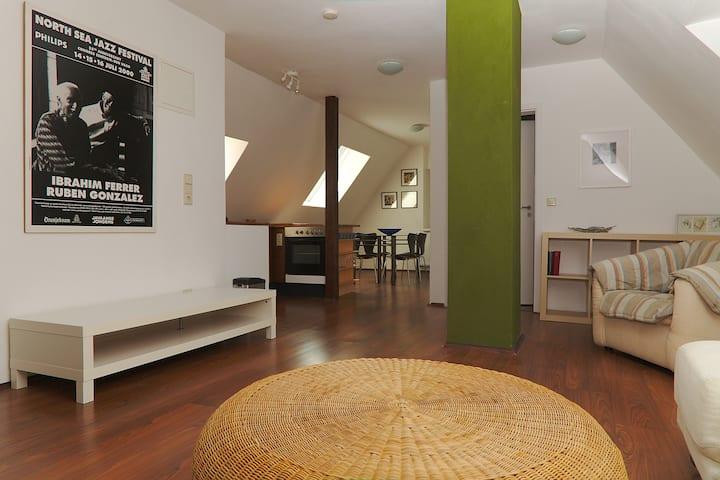 Stilvolle DG Wohnung in unmittelbarer Uni-Nähe