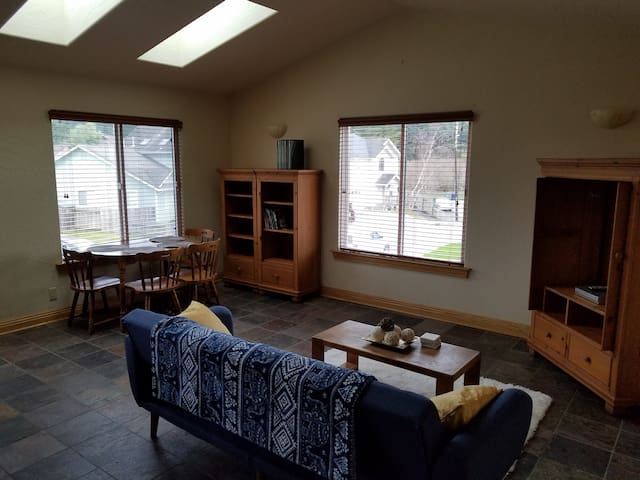 Cozy Creekside Oasis in Arcata. Close to HSU!