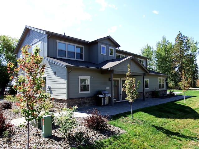 3 BR Townhouse in S Sandpoint with 2 Car Garage