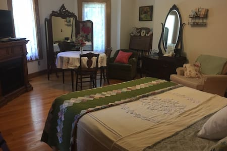 Red Oak Room at Oak Haven B&B on 30 acres of woods - Nashville - Bed & Breakfast