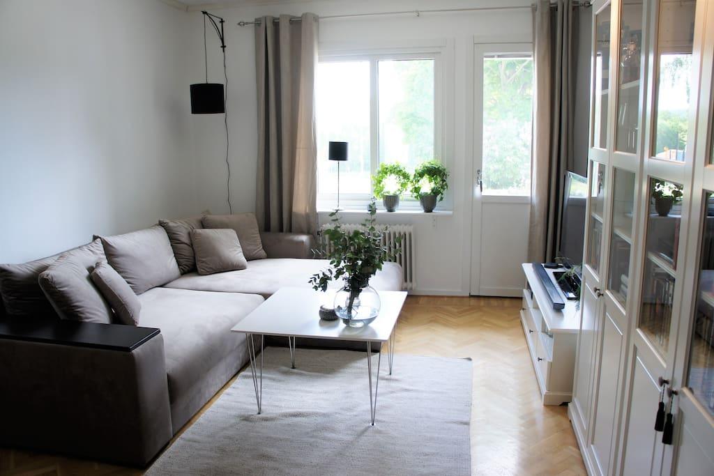 Ljust och bekvämligt vardagsrum med fransk balkong och bäddsoffa med plats för två personer (180cm).