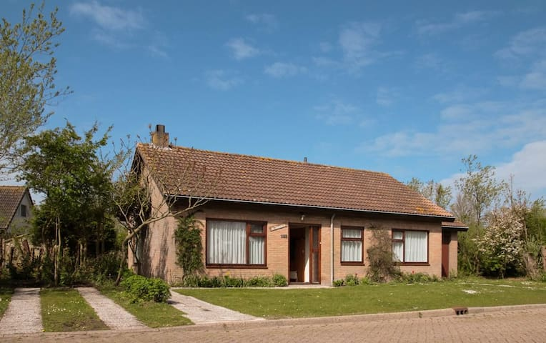 Bungalow in green with beach on walking distance