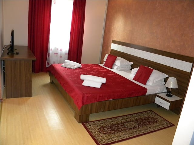 Big double room with private terrace,grill,pools. - Năvodari - Huoneisto