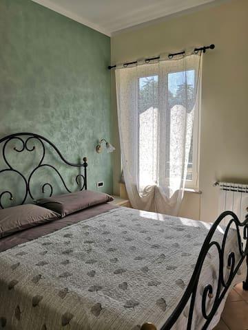 Camera matrimoniale I° piano, condizionatore, TV schermo piatto, armadio, finestra vista giardino, finestrone vista paesino, terrazzo perimetrale Casa Vacanze Acero Rosso Colpetrazzo PG