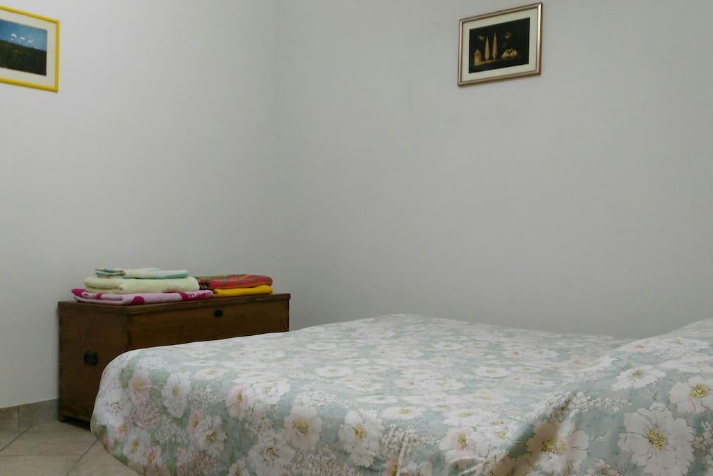 La stanza con due letti singoli uniti