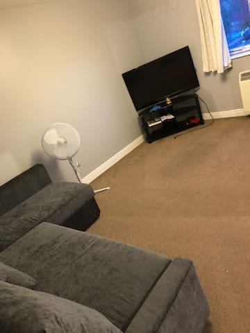 Cosy double bedroom near city centre with parking