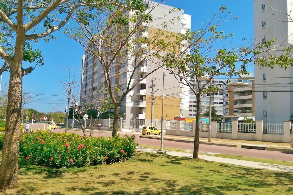 Zonas verdes y parques continuas al edificio