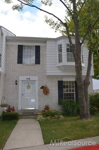 Beautiful Condo Accros from Village of Rochester - Rochester Hills