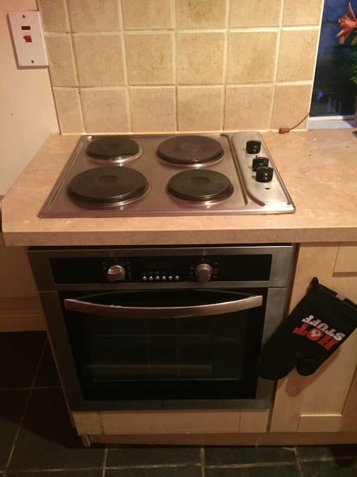 A fully functioning oven. It has 4 hobs and a few different settings like fan controlled and grill. Did someone say grilled cheese sandwiches for lunch ?