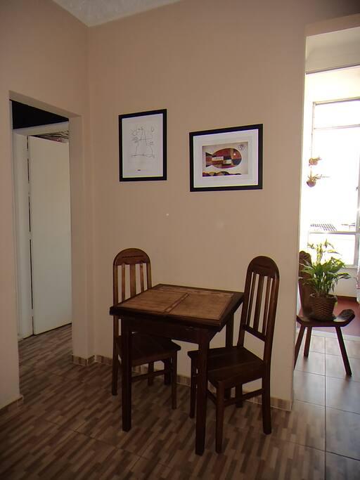 Sala - mesa para 2, que abre e fica com 4 lugares