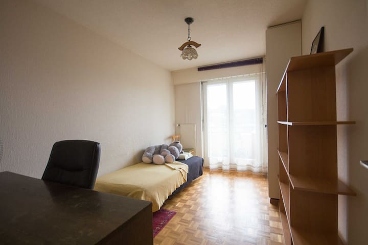 Chambre simple et sobre, proche de tout et calme