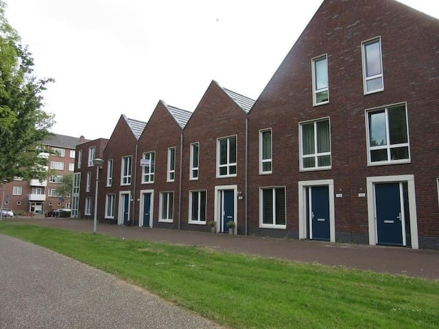 Family house with private and secure parking - Amsterdam - House