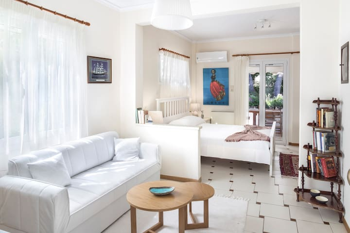 Full of light studio apartment at Vouliagmeni