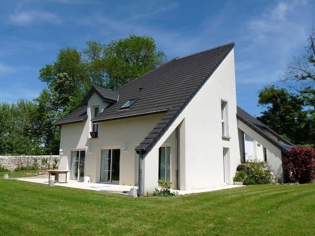 Chambre dans maison contemporaine - Dole - Huis