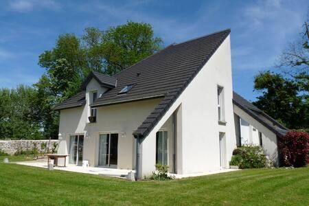 Chambre dans maison contemporaine - Dole - House