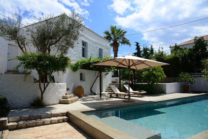 Traditional house with pool - 50m from the sea