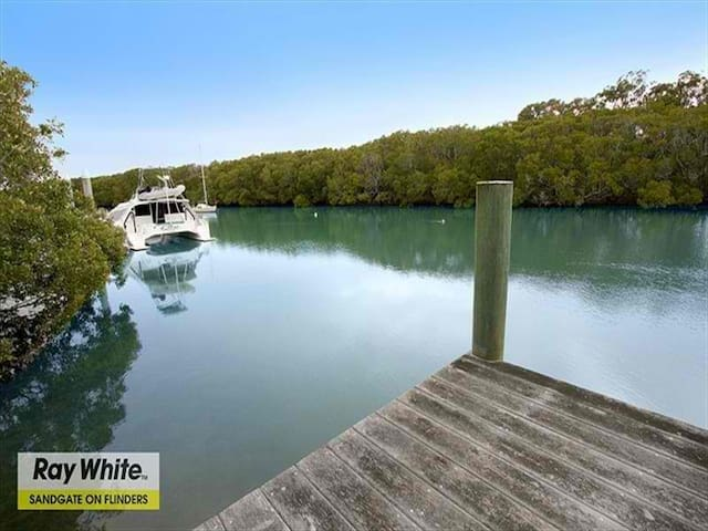 Charming Queenslander Home with Creek Frontage - Shorncliffe - Hus