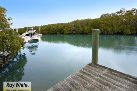 Charming Queenslander Home with Creek Frontage - Shorncliffe - Дом