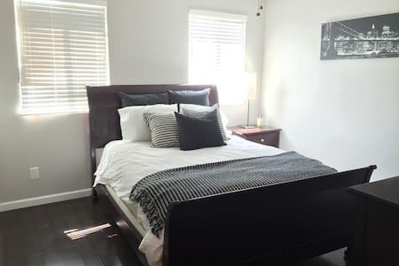 Private bedroom/bathroom in quiet neighborhood - San Diego