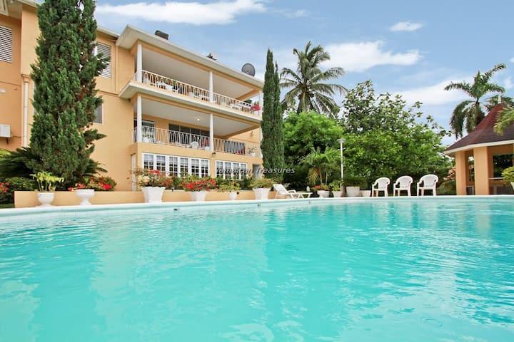 Affordable! Cook! Housekeeper! Pool! Bogue Villa