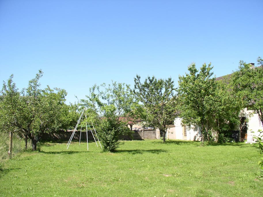 le jardin clôturé et le portique pour les enfants